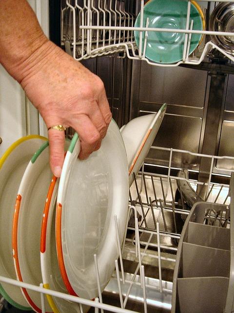 האם מדיח כלים בזבזני?