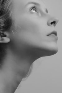 סנטרית לאחר ניתוח מתיחת פנים וצוואר
